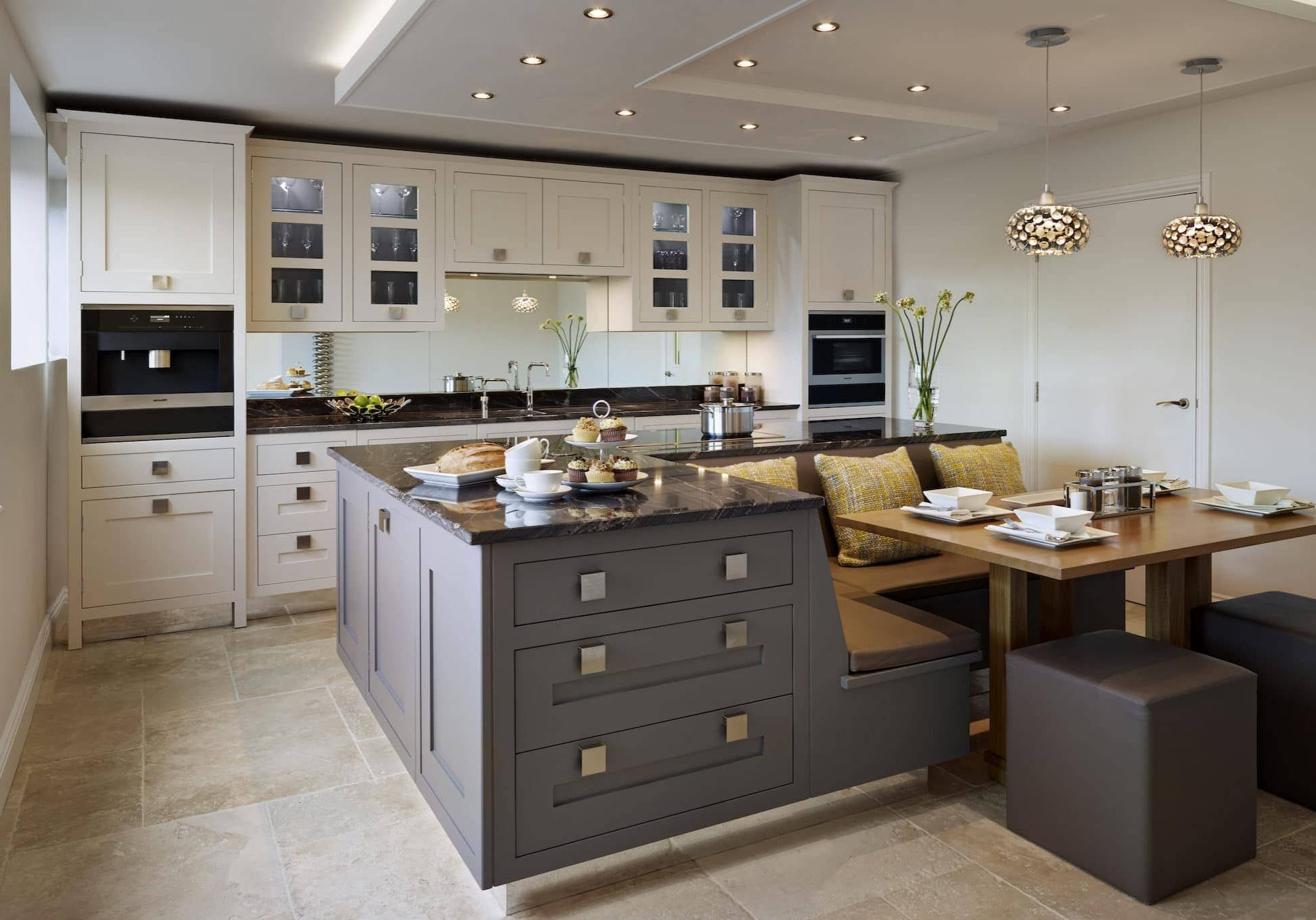 Прямая серо-белая кухня модерн, матовая с островом