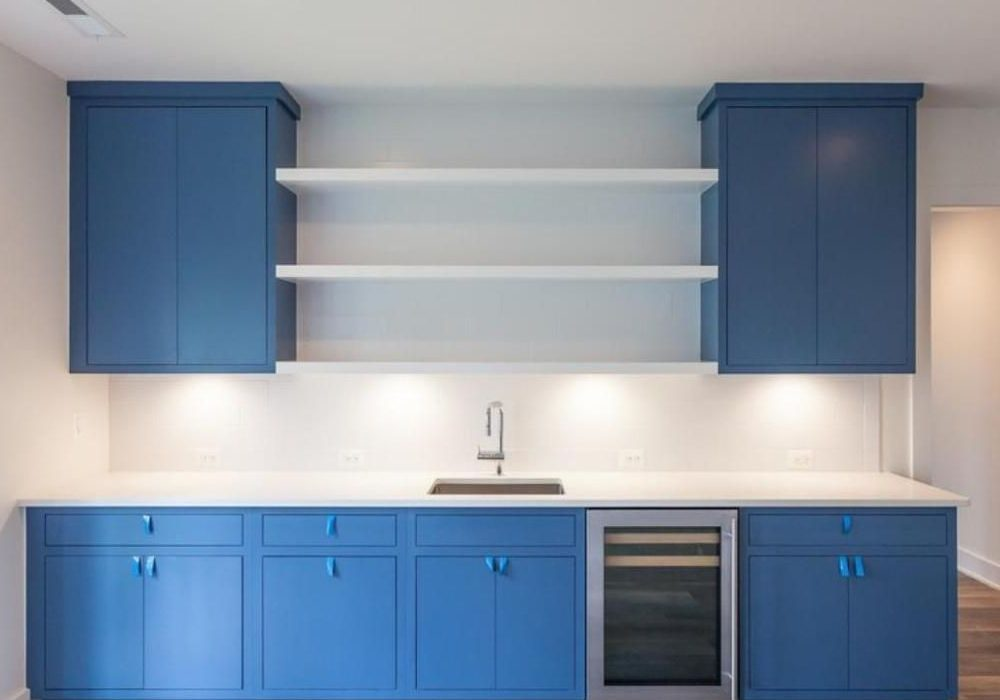 Прямая сине-белая кухня матовая, модерн
