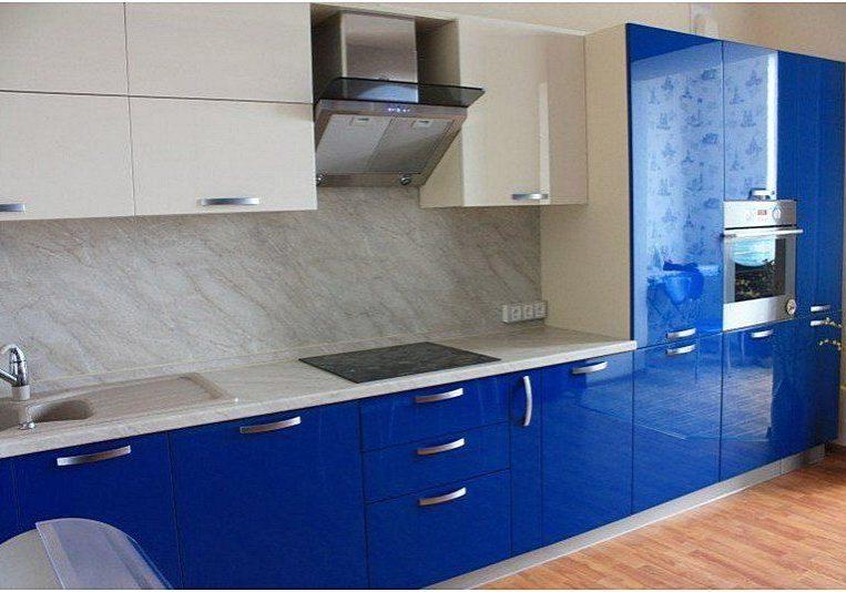 Прямая сине-белая кухня МДФ глянец