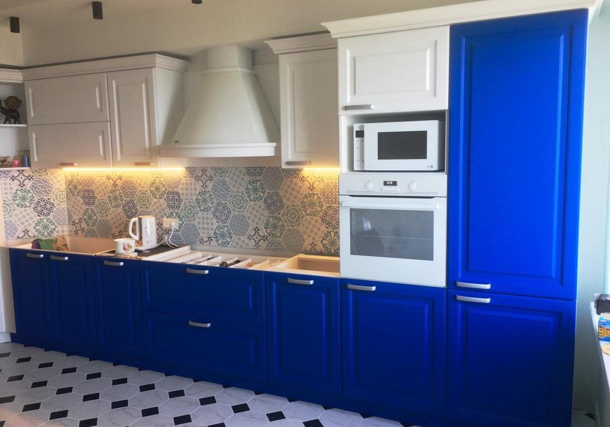 Прямая сине-белая кухня МДФ матовый