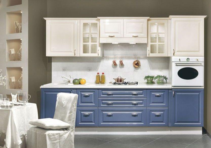 Прямая сине-белая кухня в стиле модерн, МДФ крашенный