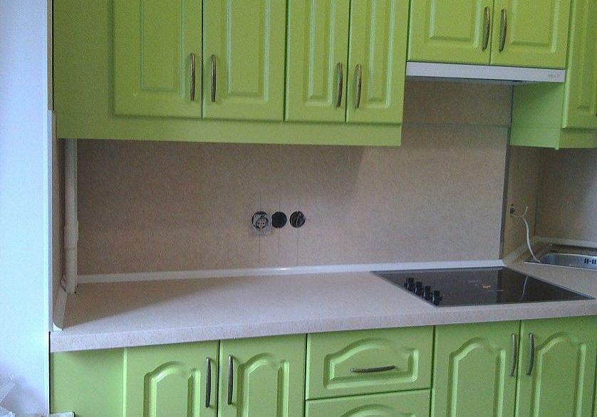 Прямая зеленая кухня МДФ ппленка с фрезерованными фасадами