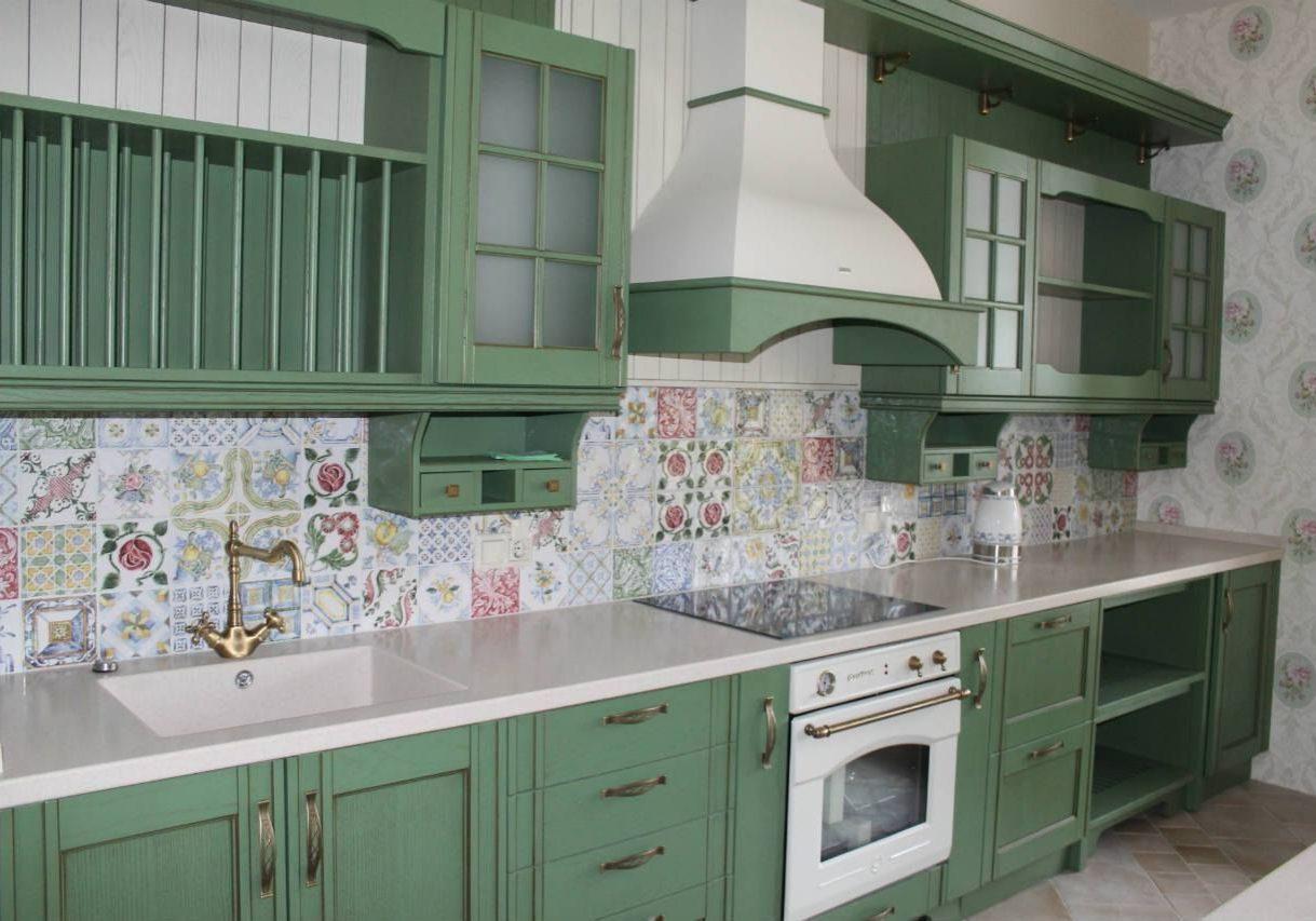 Прямая зеленая кухня, отличный вариант для стиля прованс и модерн