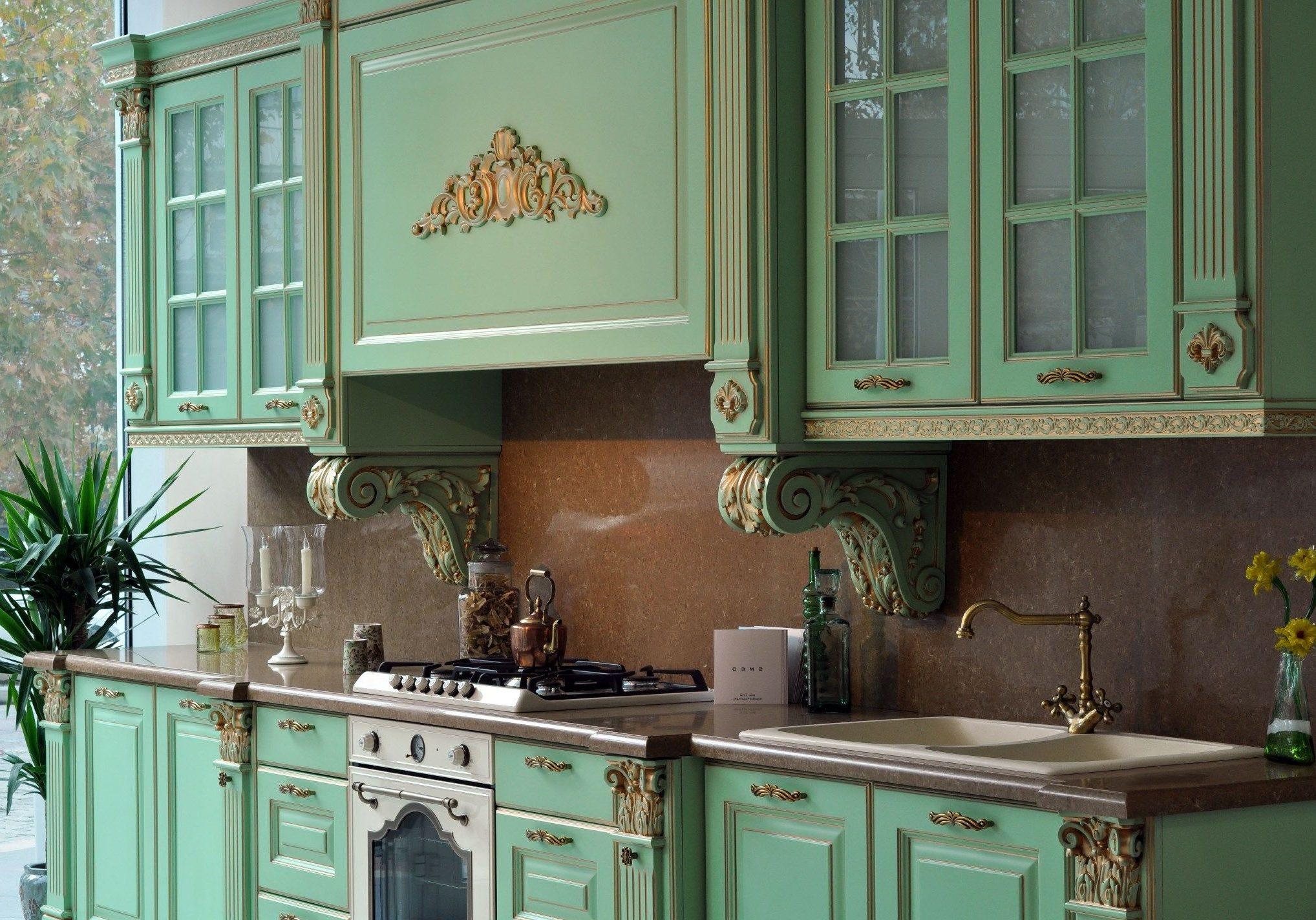 Прямая зеленая кухня с патиной золото, ближайший стиль барокко, отлично будет выглядеть в классике