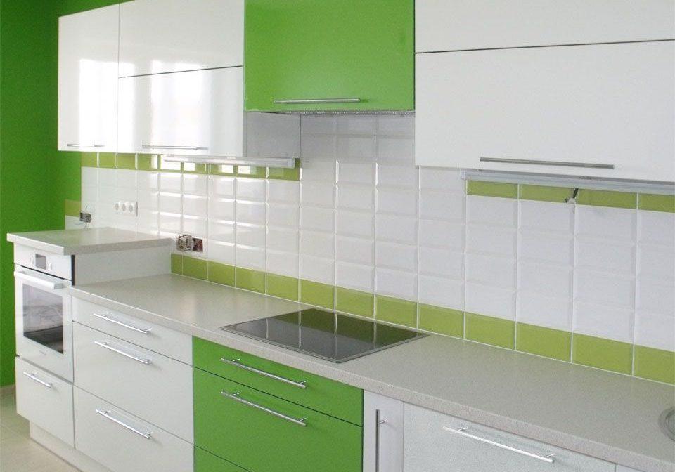 Прямая зелено белая кухня