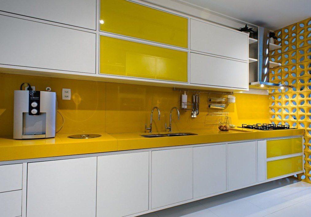Прямая желто-белая кухня глянец МДФ