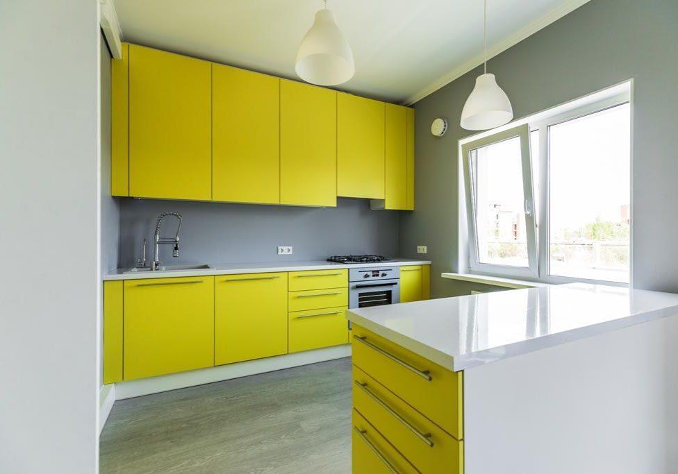 Прямая желто-белая кухня с островом