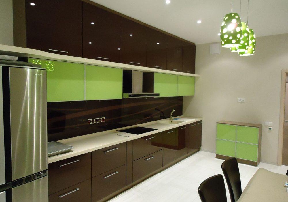 Прямая зелено-коричневая кухня МДФ глянец