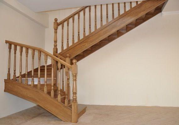 Прямая лестница из массива дуба на заказ
