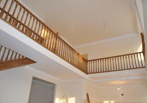 Ограждение второго этажа прямой лестницы