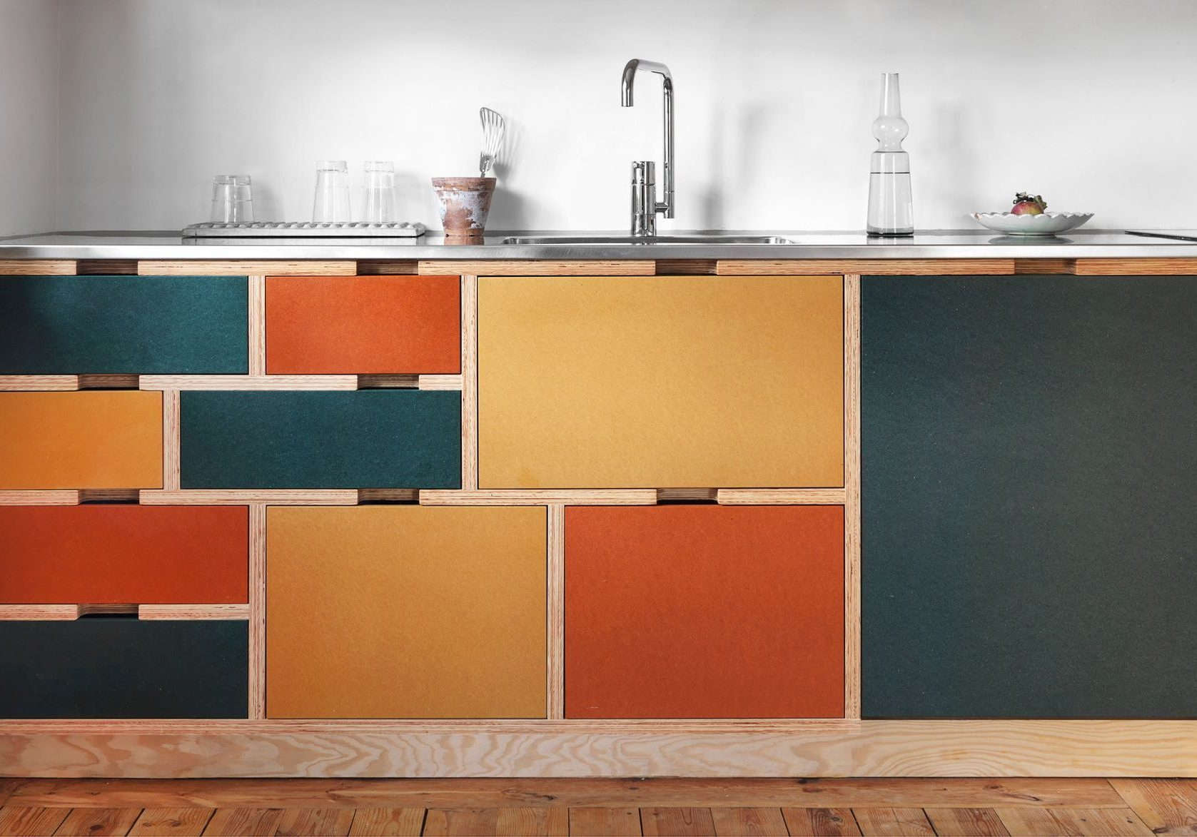 Разноцветная кухня из фанеры
