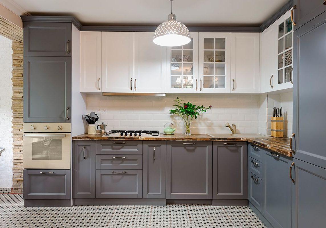 Серо-белая угловая кухня модерн, матовая