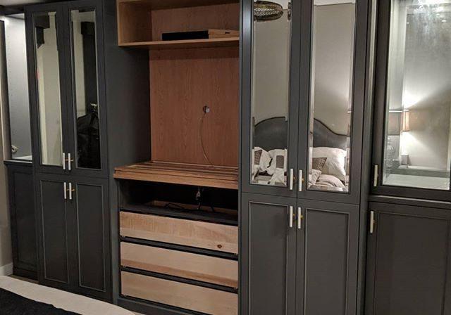 Шкаф под ТВ крашенный МДФ эмаль на заказ, с зеркалом