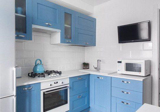 Сине-белая кухня в угол, модерн