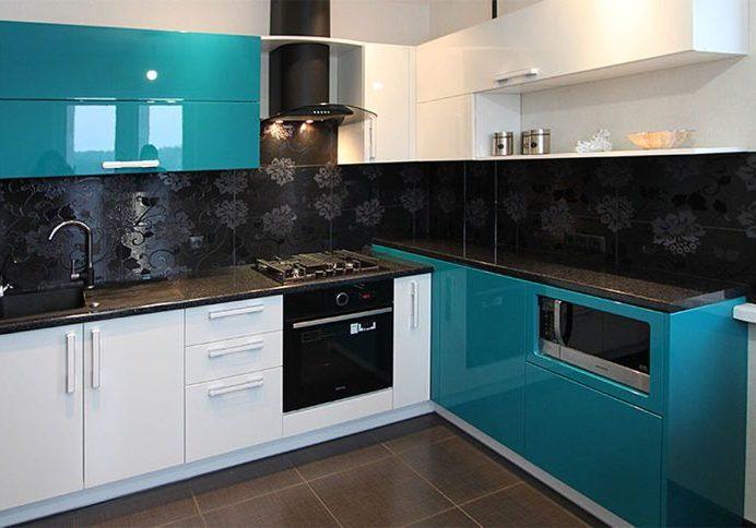 Сине-белая угловая кухня МДФ глянец, бирюзовый