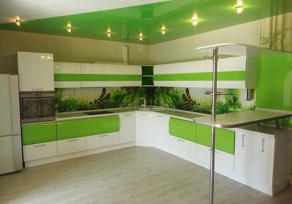 Современная кухня с бело-зеленым цветом