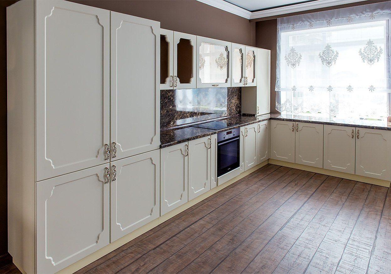 Современная угловая белая кухня под окно, МДФ матовый