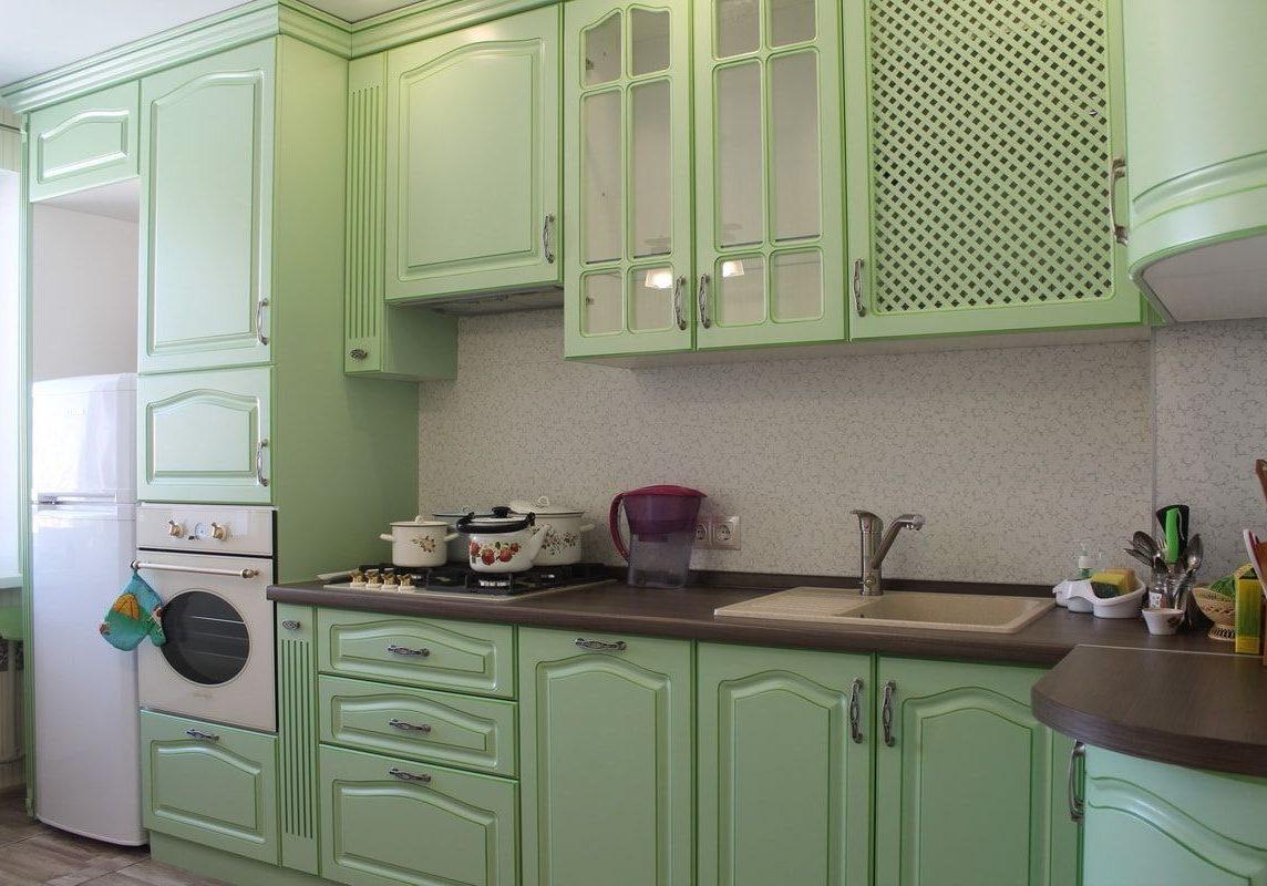 Светло-зеленая кухня МДФ в классическом стиле,угловаяс крашенными фасадами МДФ