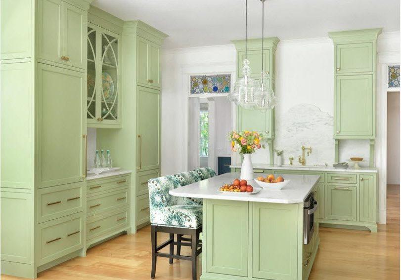 Светло-зеленая кухня с крашенными фасадами и островом, стиль модерн, подходит к стилю прованс