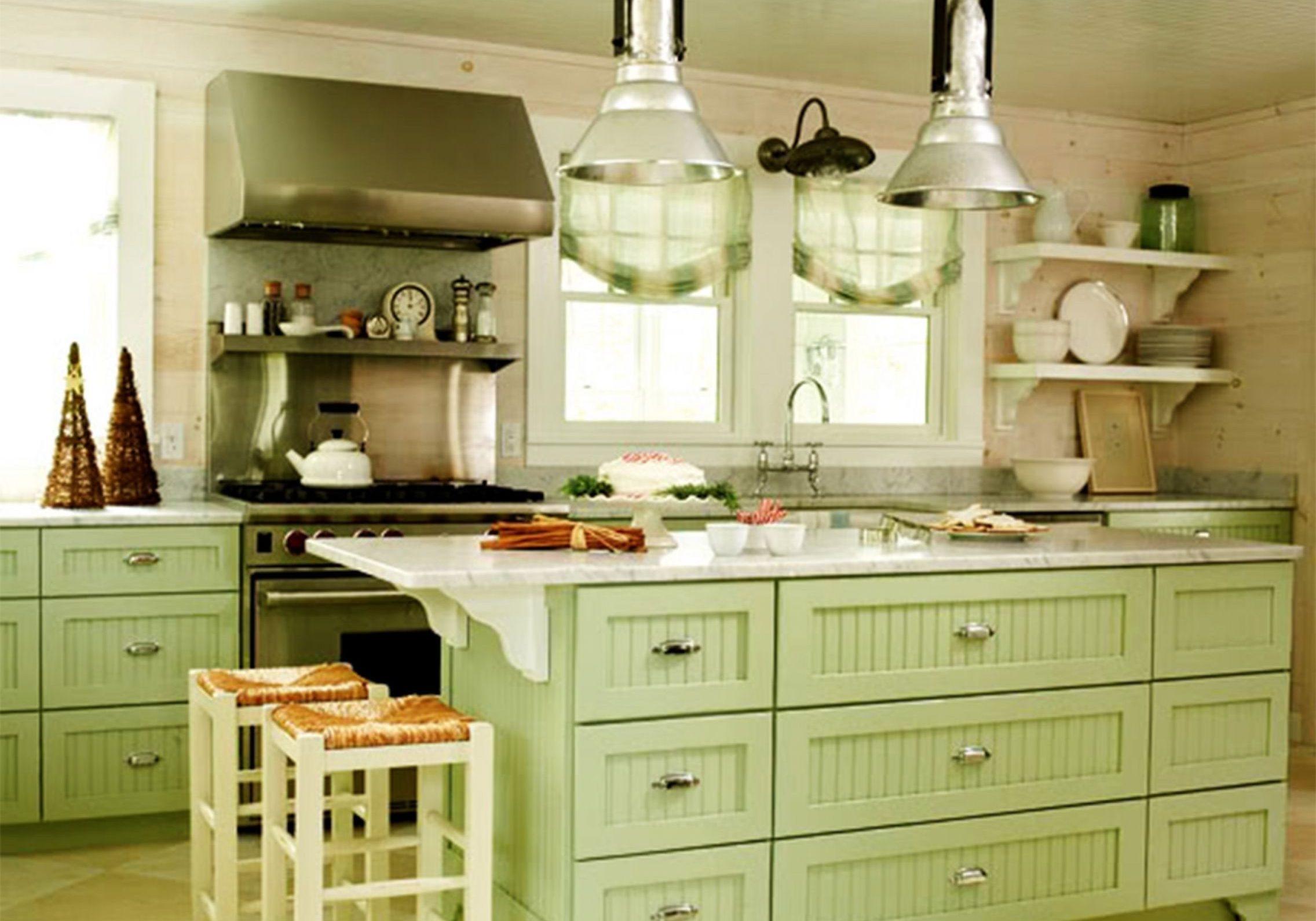 Светло-зеленая кухня с островом, под окно