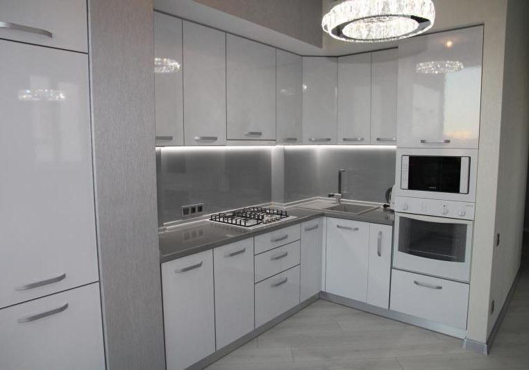 Угловая белая глянцевая кухня
