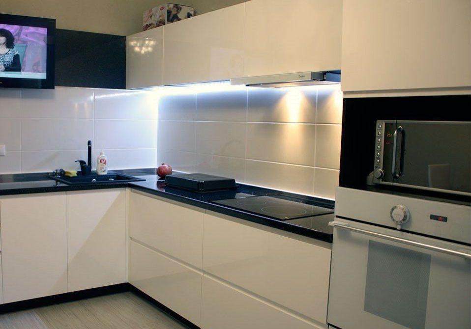 Угловая белая глянцевая кухня интегрированные ручки с черной столешницей МДФ пленка