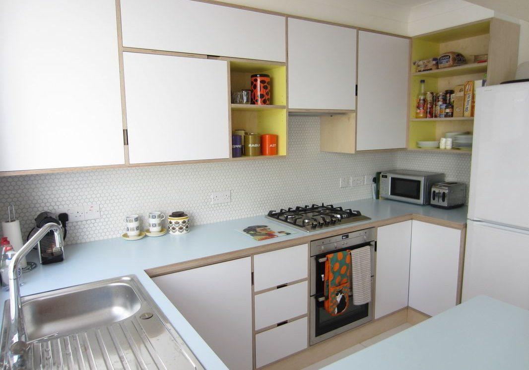 Угловая белая кухня из фанеры