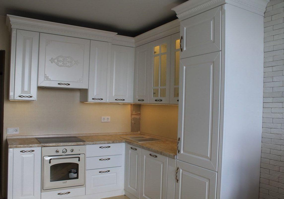 Угловая белая кухня классика матовая
