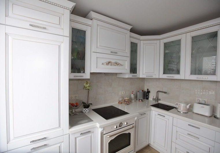 Угловая белая кухня классика, матовая со стеклом