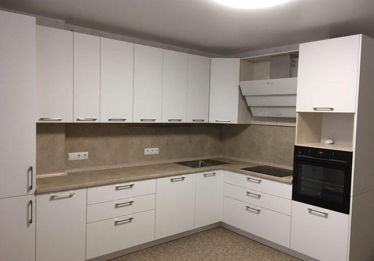 Угловая белая кухня, матовая