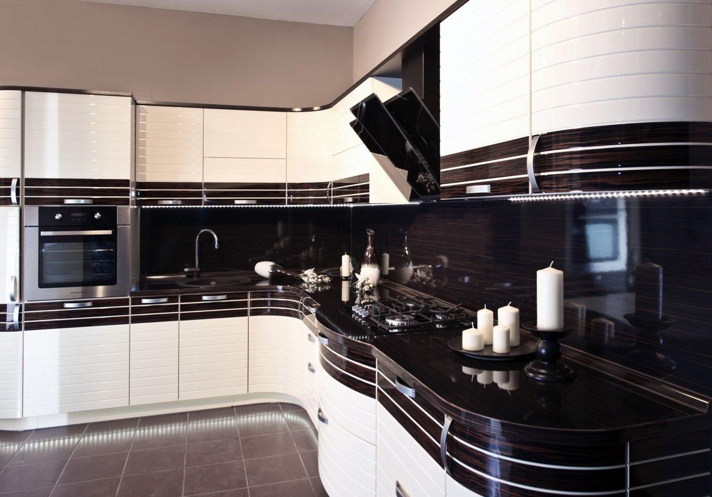 Угловая белая кухня МДФ глянец с черными полосками, зебрано, большая