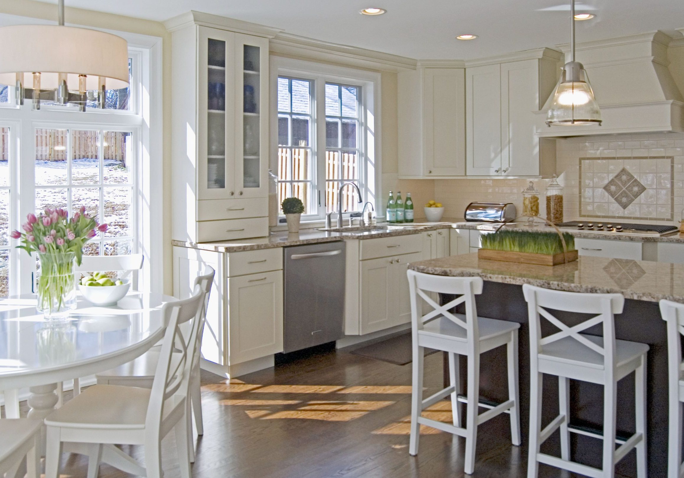 Угловая белая кухня модерн под окно с островом