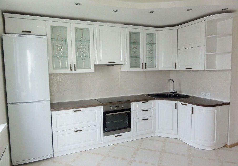 Угловая белая кухня модерн с фрезерованными фасадами МДФ