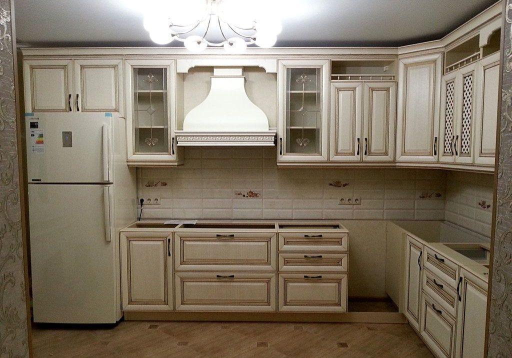 Угловая белая кухня патина коричневая