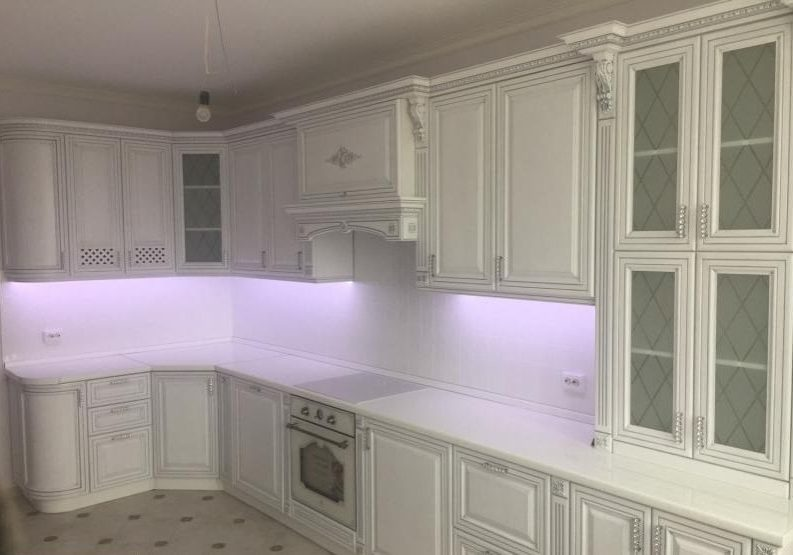 Угловая белая кухня патина серебро