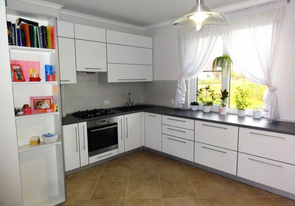 Угловая белая кухня пластик под окно, матовая