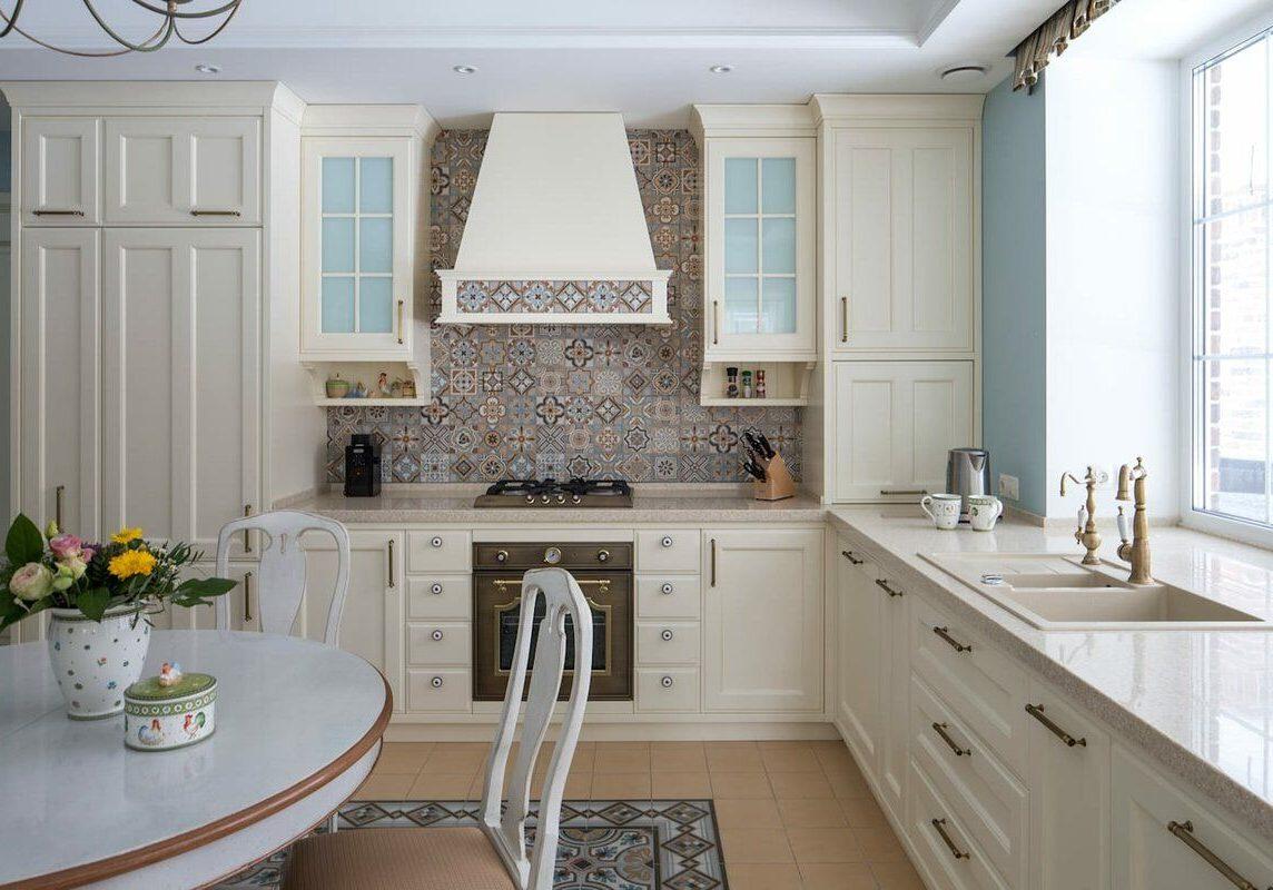 Угловая белая кухня под окно, модерн