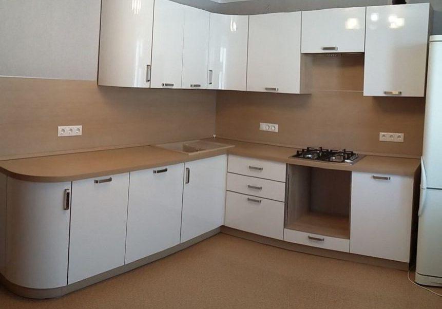 Угловая белая кухня с деревом, глянец