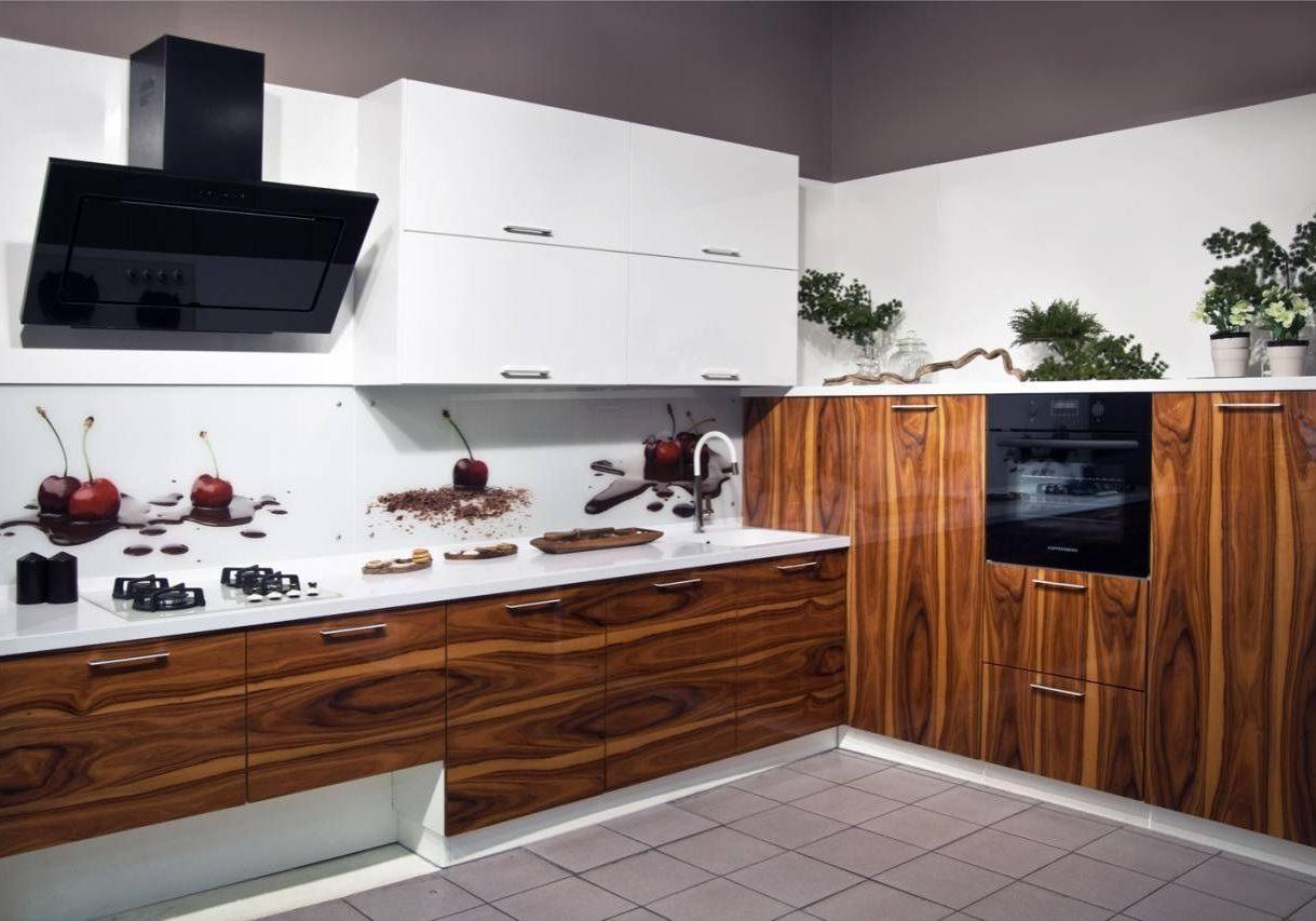 Угловая белая кухня с деревом, глянец, МДФ шпон
