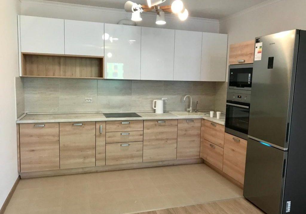 Угловая белая кухня с деревом, МДФ пластик и глянец пленка