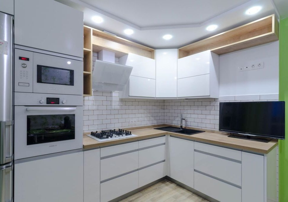 Угловая белая кухня с деревом МДФ пленка и ЛДСП