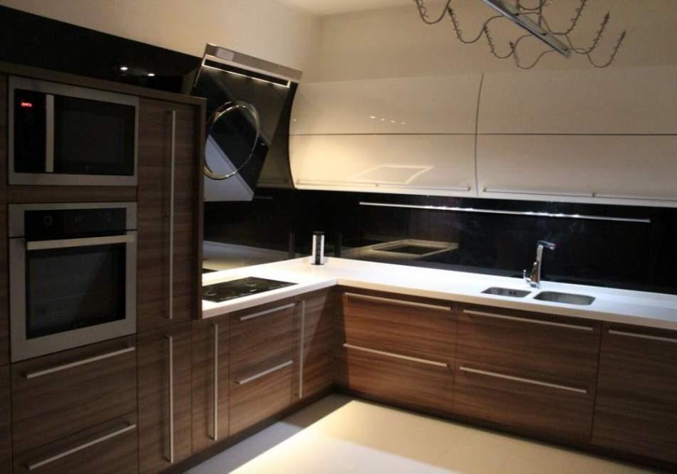 Угловая белая кухня с деревом, низ матовый, верх глянец полукруглый