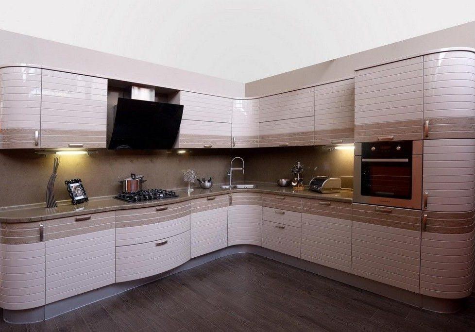 Угловая белая кухня с деревом в полоску, МДФ эмаль глянец