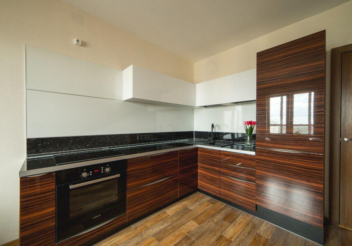 Угловая белая кухня с деревом зебрано МДФ шпон