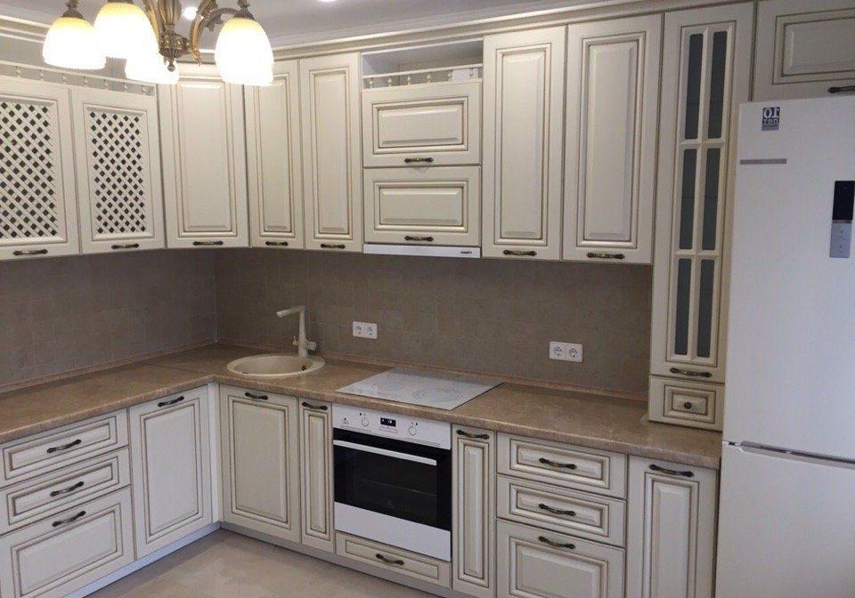 Угловая белая кухня с коричневой патиной