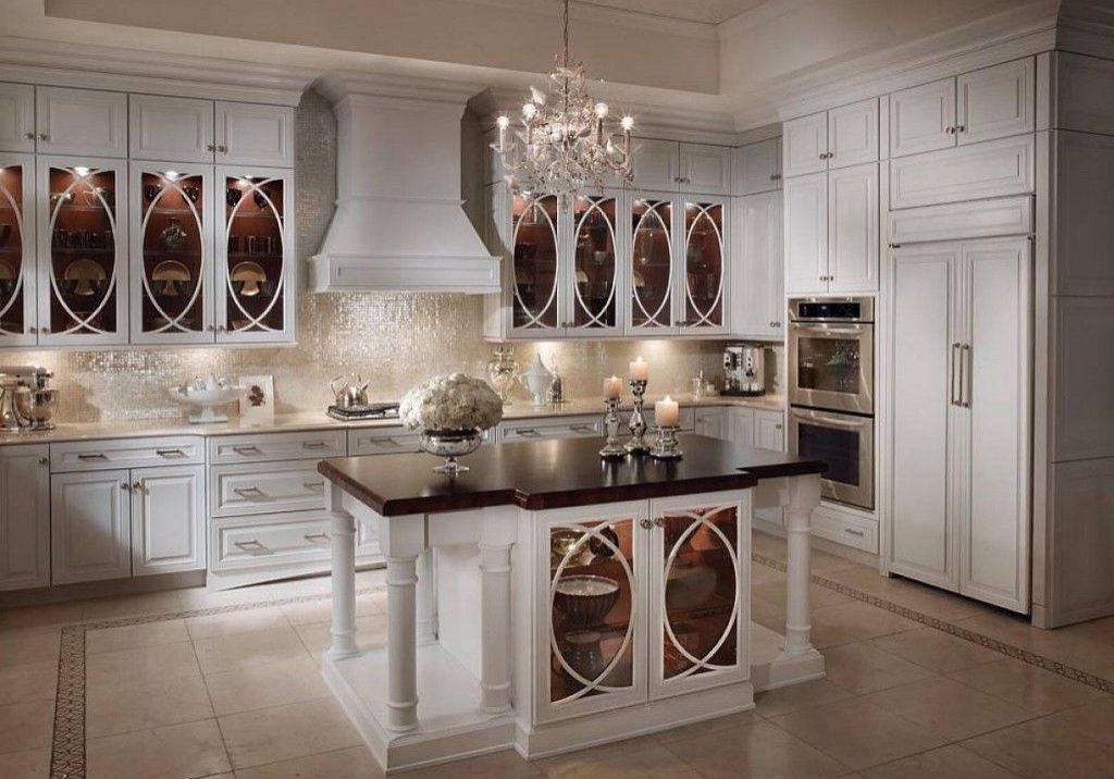 Угловая белая кухня с островом, классика