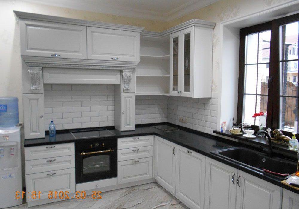 Угловая белая кухня с патина серая