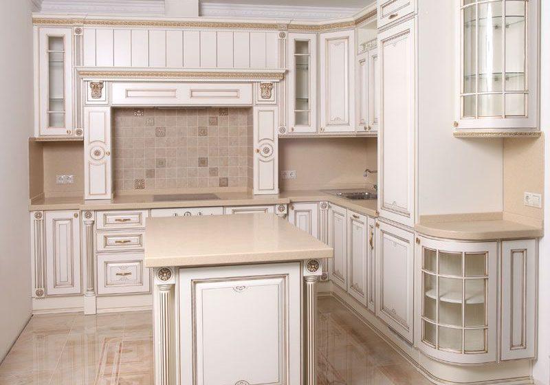 Угловая белая кухня с патиной, МДФ эмаль крашенный матовый, с островом, борокко
