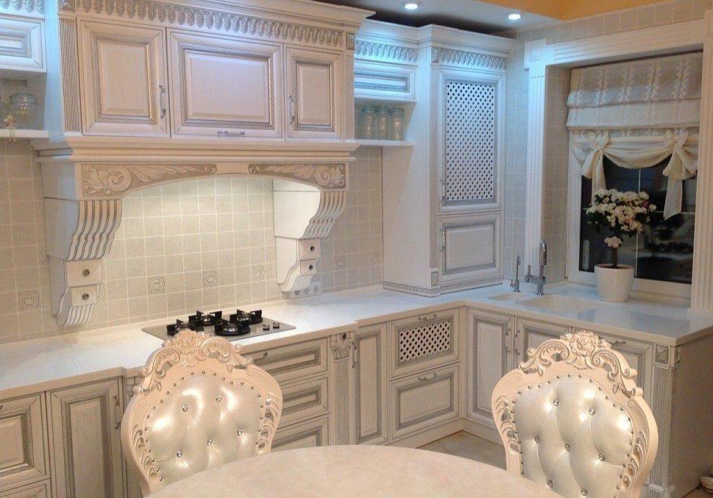 Угловая белая кухня с патиной под окно, классика, барокко