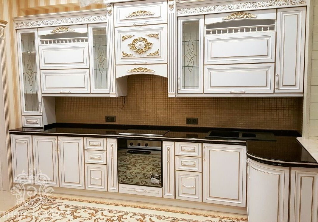 Угловая белая кухня с патиной золото